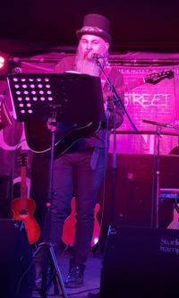 6dfcc9923a1b Lindesbergsartisten Christer Pilblad inledde konsertkvällen när han under  sitt alter ego EGO framförde en rad egna låtar med akustisk gitarr.